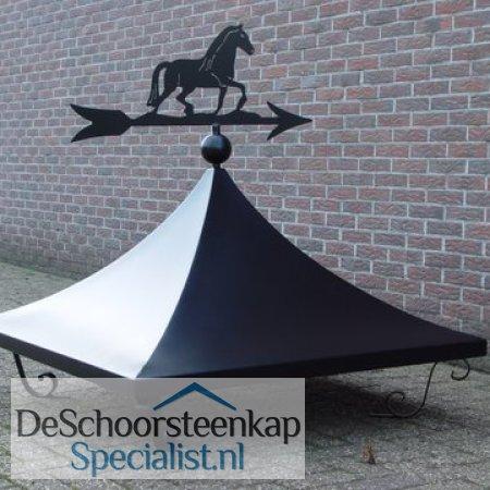 Getoogde schoorsteenkap met krulpoten en een windwijzer paard!