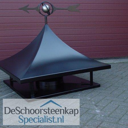 Een getoogde schoorsteenkap met een onderplaat en een windwijzer wereldbol